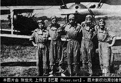 待命出发的中国空军飞行员高清图片