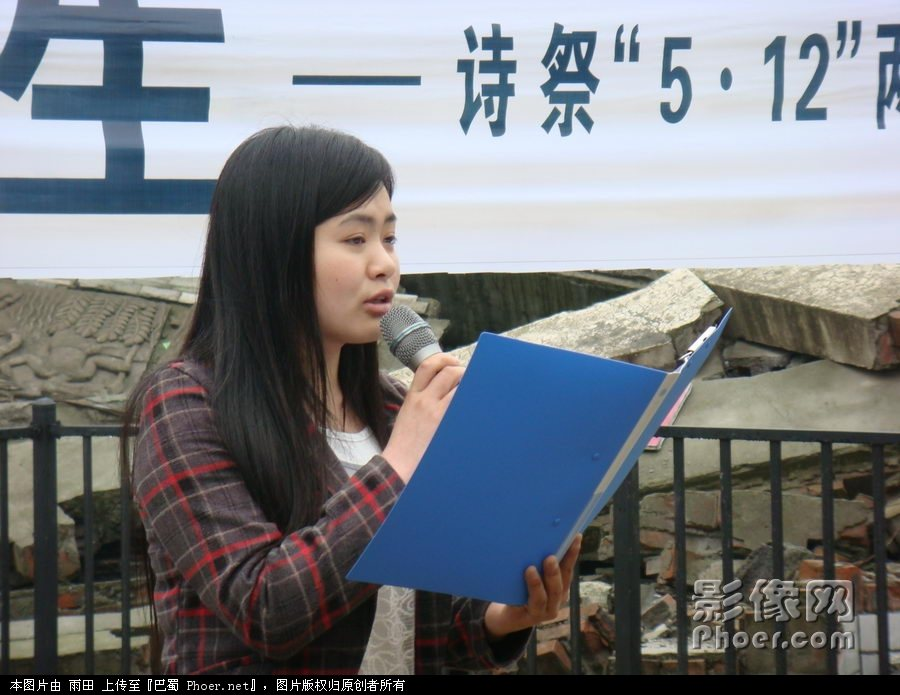绵阳职业技术学院/10、青年诗人、绵阳职业技术学院学生灵鹫朗诵自己的诗作《鸽子...