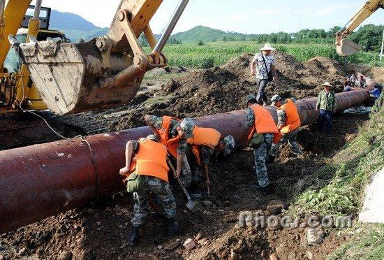 通化县人口-通化市抢险人员在铺设临时供水管道.新华社 蒋林/摄-暴雨洪水导致吉