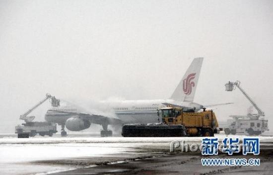 员使用除冰车、扫雪车为出港航班除冰雪和清理机坪及跑道积雪.新图片