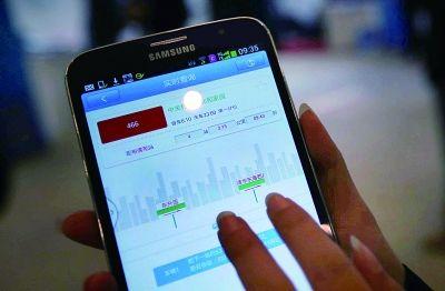 北京/上午,市民通过扫二维码下载手机软件,体验查询公交实时运行...