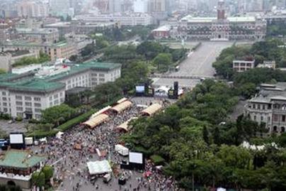 台湾/反核民众4月27日下午从凯达格兰大道游行到忠孝西路,再躺下占...